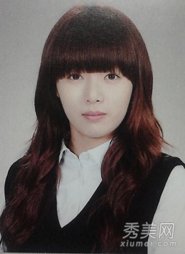 学生时期的照片,齐刘海发型很清纯,淡妆学生装很美,原来性感妩媚的图片
