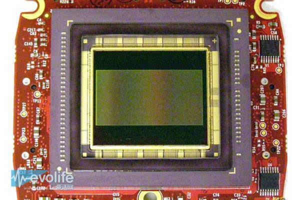 (Red One Mysterium-X上的传感器) 借手机上位的Exmor R 在实现了内置ADC后索尼高歌猛进,2008年推出了采用BSI(Back-illuminated,背照式)技术的Exmor R传感器。 Exmor R沿用了Exmor套路,先在技术难度较低的小尺寸CIS上试水,首款产品是IMX055CHL,尺寸为1/4英寸,总像素为2048 x 1536,被应用在HDR-CX110等摄像机当中。 不过让Exmor R扬名立万的,不是索尼自家相机、摄像机,而是苹果的iPhone 4s。