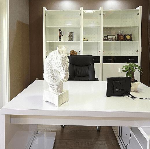 白色的欧式典雅风格的书桌在这样的色彩映衬下也多了
