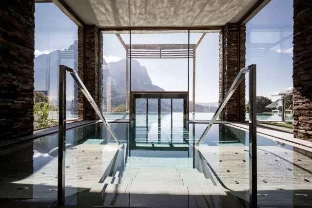 泳池以外立面的木质材料框定,跨过了整个建筑的西翼.