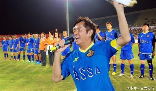 校长谭咏麟在足球场的歌声与风采,用足球为慈善献力