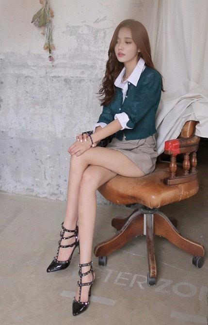 欧式性感沙发的美女图片