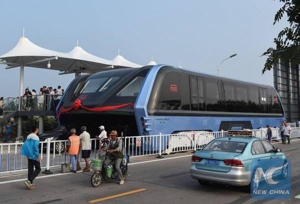 巴铁试验车启动路面测试 车长22米的照片 - 1