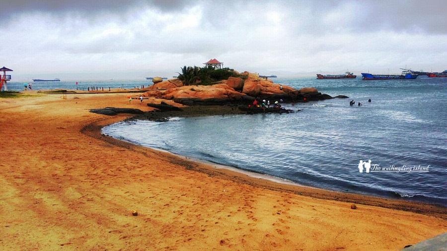 珠海众多的岛屿中,外伶仃岛天生丽质,以石奇水美,优雅恬静闻名遐迩.