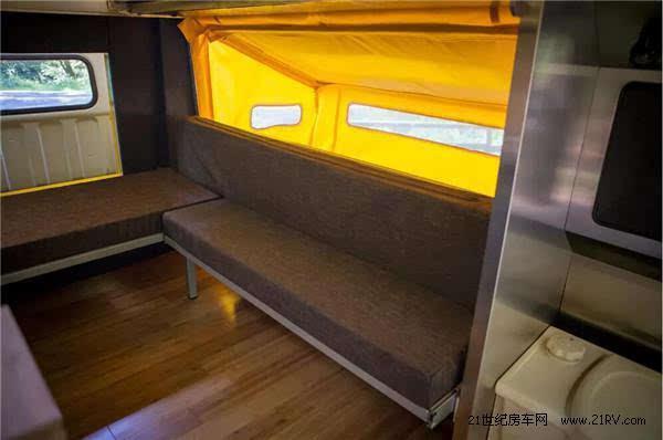 房车轴距2794毫米,车内设计了l型床铺,可以睡2-3人.