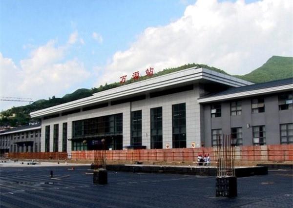 本报讯 近日,万源市火车站站前广场扩建工程一期主体工程基本完工,正图片