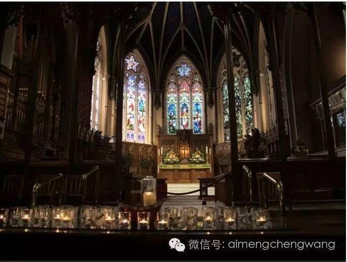 教堂窗户上的彩色玻璃,唱诗班,以及里面的木制内饰都不同凡响!