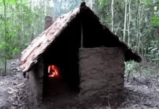 如何给自己搭一个像样的窝呢?   有个牛叉的小伙子在野外自己盖房子