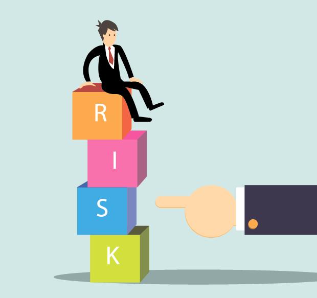 问题3:您长期从事信息化项目管理的工作,请您结合您的经验谈谈如果有效管控IT项目的风险?   小编认为:在前期就要想办法规避风险。比如在和供应商签订合同时就要在条款上对风险加以规避。   比如,对实施人员资质的要求,比如在同行业类似项目的实施经验,做过多少个这样的项目,有何证明?是否有PMP项目管理专业人士资格认证?如果看好哪位实施人员,可以在合同中规定他亲自实施的工作天数,防止供应商有更重要的项目,把这个实施人员抽调走。   项目经理的权限可以在项目早期的项目章程中加以规定和明确,以便项目经理能有