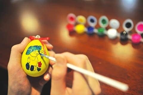 手绘彩蛋玩出新创意本报讯(记者王嘉言摄影张健)鸡蛋
