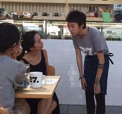 窦靖童咖啡店打工 下巴死亡风图案纹身格外抢镜