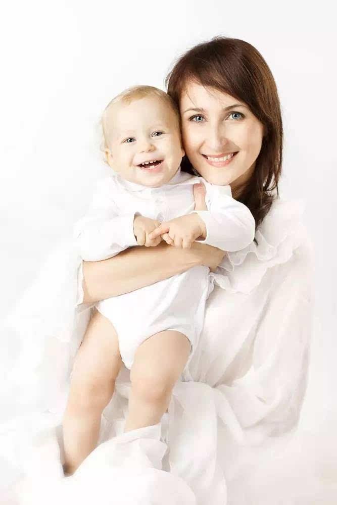 另一种竖抱的姿势是让宝宝面朝成人坐在成人的一只前臂上,成人的另