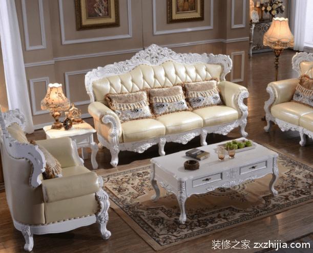4、欧式沙发搭配首先要和装饰环境相匹配,如果客厅色调较暗,那就应该用明亮的颜色来补充,这样就可以打破空间视觉效果上的沉闷。其次还需要考虑到周围家具的颜色,色差不宜过大,最好是同一个色系或者有一个缓和的色系过度,这样才能保证欧式沙发与家居环境的整体风格搭配起来。   5、墙面的配色,可采用淡雅的色调或者是搭配素净的壁纸,以突出其他作品的摆设。床品和窗帘,同样也要列入考虑,窗帘可以选择有珠缀的流苏或蕾丝的面料来搭配,为家装增添一丝浪漫品质。床上用品要选用大气的花纹图案,才能与整体的优雅风格相契合。