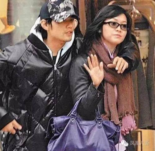 想当年蔡依林和周杰伦地下恋,却在报纸上看到周杰伦和侯佩岑游东京图片