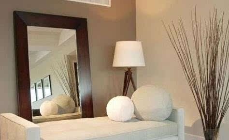 镜子对着卧室房门不好,卧室房门是时常关拉的,半夜起来上厕,或是有