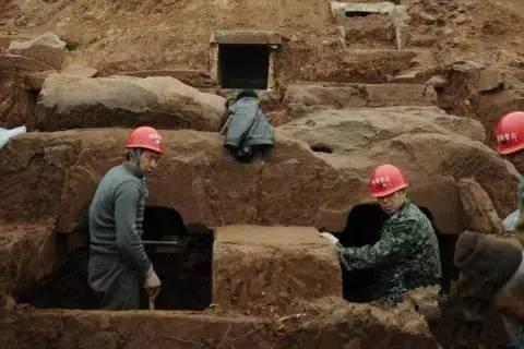 考古发现古墓女尸产子