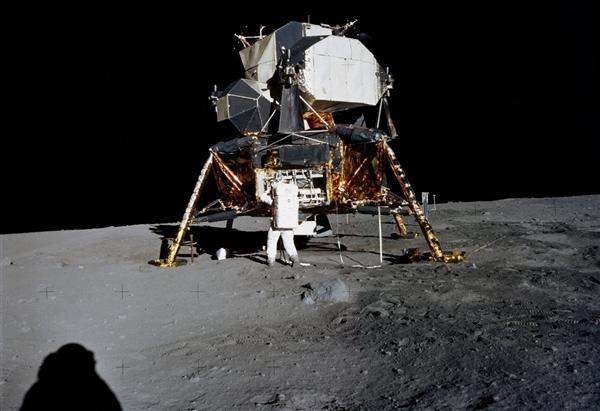 人类首次登月惊人照片公开 美国驳斥造假的照片 - 13