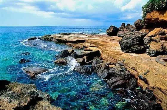 涠洲岛火山喷发堆积和珊瑚堆积融合一体,海水碧蓝见底,犹如蓝宝石