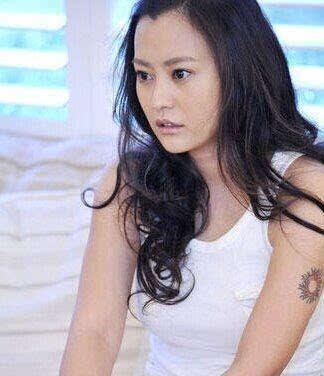 这个小太阳纹身据说和邓超前女友郝蕾是情侣纹身哦!嘘!