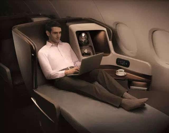 头等舱的旅客往往是在看书