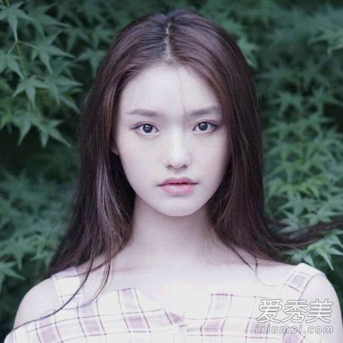 天黑黑口风琴谱子-林允:20岁   妆容特点:浅色眼线+樱花粉唇妆   96年的林允,出道逼