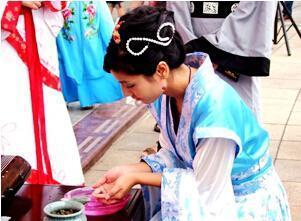 拜织女投针验巧吃巧果 七夕传统习俗盘点