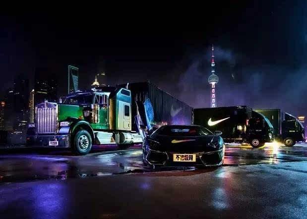 是这些全黑带着Nike标志的大卡车、小轿车装满的都是给你们的东西