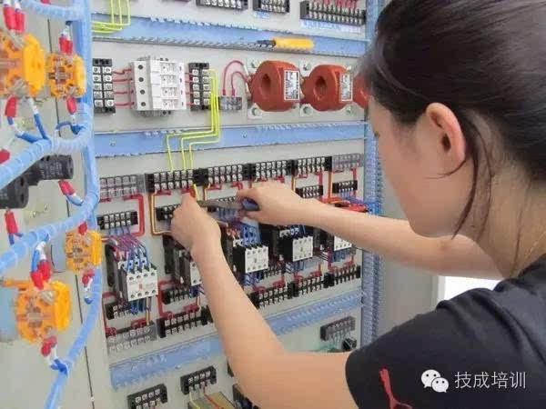 规范电能计量装置的安装接线,是防止计量差错的有效手段。首先电能计量装置的二次回路应符合技术要求:对高压TA接线,不宜采用简化接线,而应用分相接线,即三相三线二只TA用4根线连接,三相系统三只TA用6根线连接。对于低压的有的仍用简化接线,即三相三线2只TA采用不完全星形接法,用3根线连接;三相四线3只TA星形法接线,用4根线连接。   其次,当TV二次电压线用电缆连接时,一般采用四芯,一根芯作为备用,35kV以上计费用TV二次回路,应不装设隔离开关辅助触点,但安装熔断器;35kV及以下计费TV二次回路