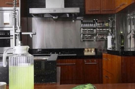 和白色的厨具柜门营造出一个和谐的空间