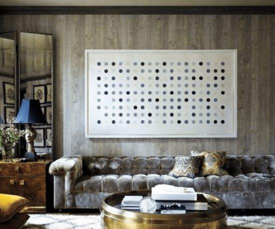如果家中的整体色调偏暗的话,不妨在背景墙上挂上几幅色彩稍微艳丽、明亮点的装饰画来调节一下过暗的空间。但是在小编看来选择艺术画时也要注意和整个空间的风格相一致。