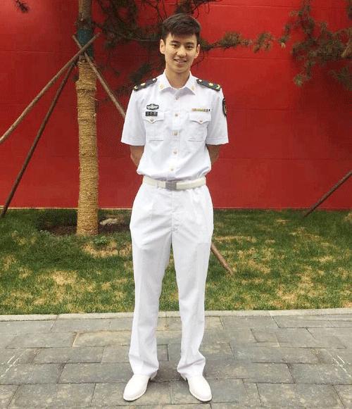 宁泽涛是海军兵哥哥,中尉军衔