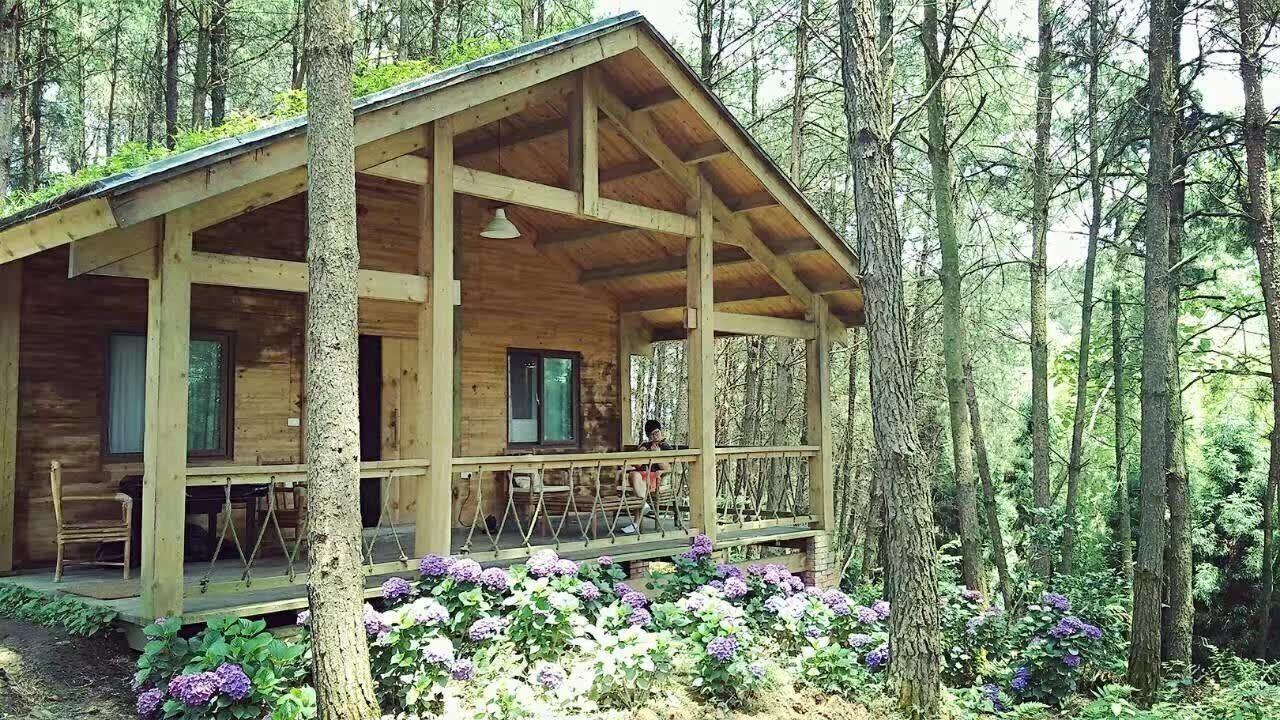 共眠在雨台山的小木屋中