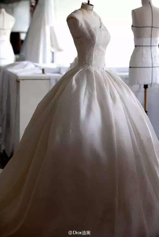 劳伦斯许设计的,婚纱上的刺绣是中国传统吉祥图腾祥云,中西结合的风格图片