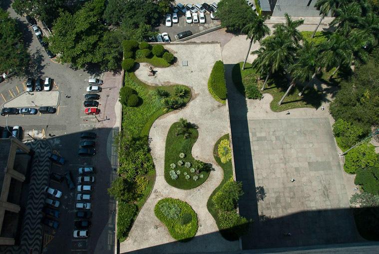 他的景观设计常结合绘画式平面和自由曲线的运用,挥洒自如.