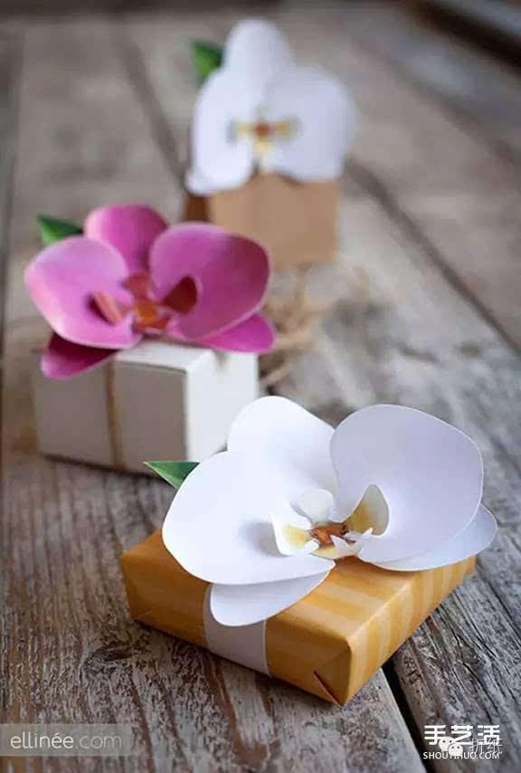 在中国,兰花历来被看做是高洁典雅的象征,并与梅、竹、菊合称四君子。通常以兰章喻诗文之美,以兰交喻友谊之真,也有借兰来表达纯洁的爱情。 跟喜欢兰花的小伙伴们分享一种简单、大气兰花的制作方法,准备好卡纸、剪刀、热熔胶枪,就可以跟着下面的图解教程来DIY。制作完成的兰花,既可以用在礼品包装上,也可以作为头饰佩戴,都很美观哦~~~