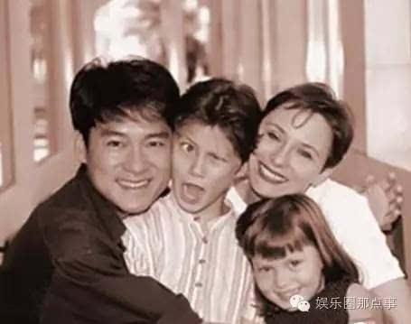 周华健55岁美籍老婆与子女近照,老婆头发斑白显老却恩爱如旧图片