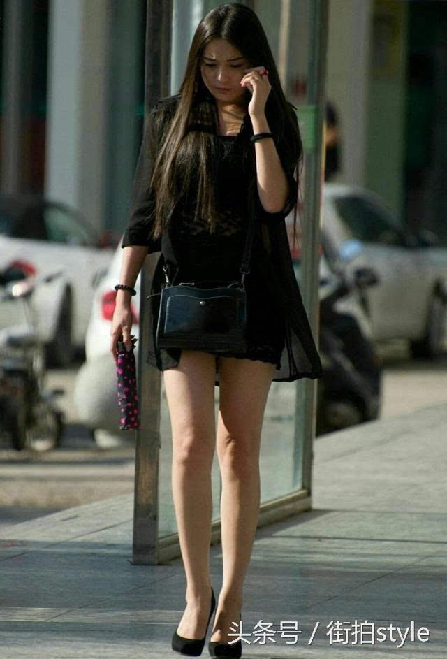 街拍style:打电话的长发裸腿高跟鞋美女图片