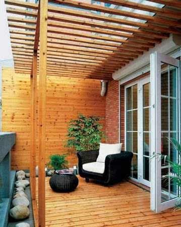 客厅阳台装修效果图:原木设计的阳台