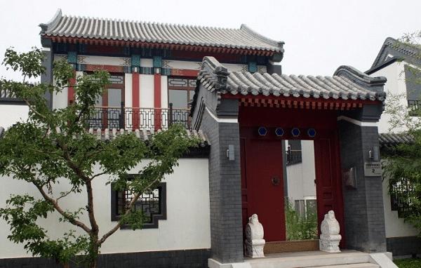 大门的装饰利用罗马柱等石头的工艺雕饰
