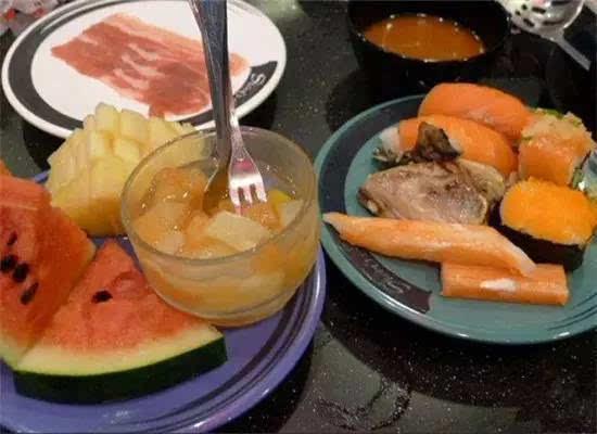 日式旋转自助火锅,各种寿司任吃,还有水果,饮料和雪糕.