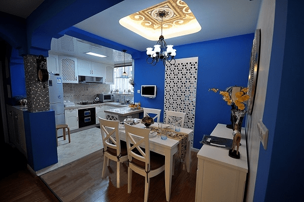 厨房间装修效果图三    耀眼的宝蓝色出现在厨房,搭配欧式实木