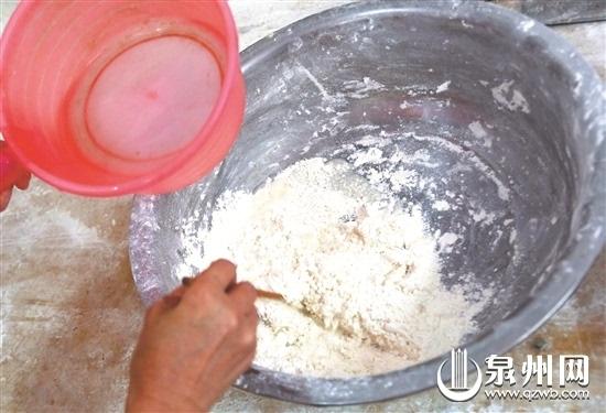 水开之后下入饺子面皮儿