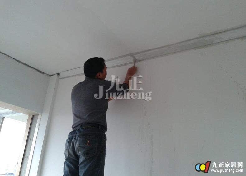 然后量出墙面的长度,用钢锯或者是刀具锯好石膏线的总长,石膏线的上下