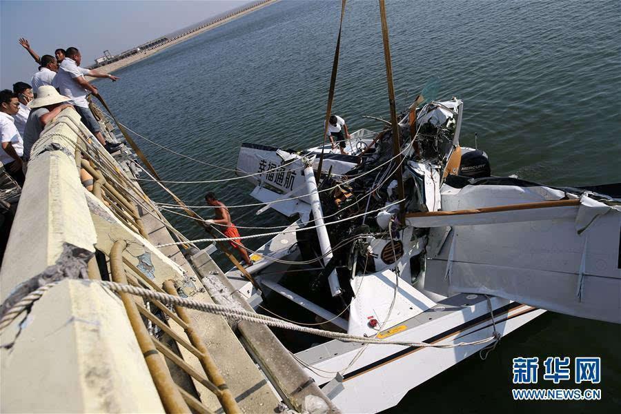 救援人员在事故现场打捞飞机(7月20日摄)。   8月16日,记者从上海市政府新闻发布会上获悉,针对7月20日发生在上海金山区的飞行事故,调查组已初步完成现场调查取证工作,目前已经排除飞机故障的可能。下一步调查组将对当事机组的资质、飞行经历、训练培训以及公司运行情况进行全面核实,对当事机长的病史治疗和用药情况进行核实确认。 7月20日12点20分许,幸福通用航空一水上B-10FW飞机在执飞上海金山-舟山航线起飞过程中撞上大桥,造成5人死亡,5人受伤。新华社记者丁汀摄 (来源:新华社)