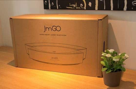 坚果s1激光电视使用了简单的纸箱包装,以坚果s1的轮廓为包装背景,机身