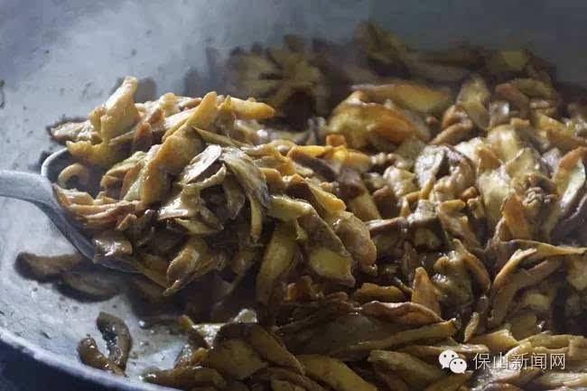 """也各有特色,如冷拼""""迎客松""""、土司干巴菌、松茸炖乳鸽,凉拌松茸"""