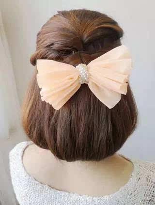 步骤三:用皮筋将这缕头发扎起来