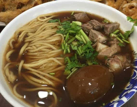炖牛肉一直是老北京吃货界的瑰宝~牛肉块炖的好不好,也是鉴别厨师水准的重要指标。这里的牛肉面汤底完全是由纯牛肉熬制,小酌一口汤底,你就可以品尝到最香浓的牛肉味道~细面条配上大块且烂熟的牛肉块,吃上一碗感觉整天都会精力充沛!吃货们甚至连每一口牛肉汤底都不会放过! 店名:宇飞牛肉面 地址:垂杨柳西里13号楼 人均:27元 热大叔热干面