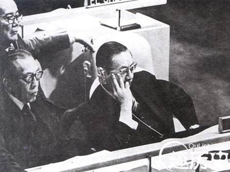 """1971年10月25日,出席第26届联大的台湾当局""""代表团团长""""、""""外长""""周书楷(右),""""驻联合国首席代表""""刘锴(左)及""""驻墨西哥大使""""陈质平(后)面色凝重."""