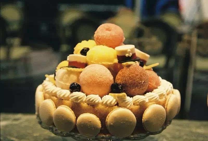 泡芙馅又不怎么甜 两相中和 刚刚好 橱窗里各式各样的蛋糕都很可爱 这